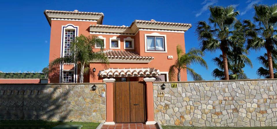 Pintura fachada de Chalet en Marbella por Pintura Industrial y Decorativa A. Barranquero en Fuengirola